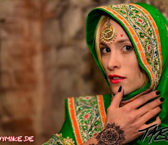 Indoor Shooting mit Tabea zum Thema Anders sein zu sehen ist Tabea von Tabea Music in einem grünen Sari