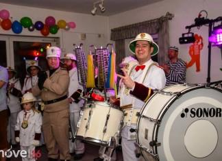 Weiberfastnacht bei Germania 2016 Karnevalisten mit Musikzug in weißen Uniformen