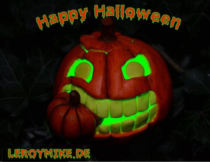 Happy Halloween 2014 Kürbis ausgehölt mit grünem Laserlicht angestrahlt